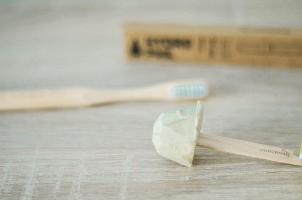 brosse à dent en bambou et dentifrice solide